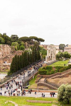 Photo pour Rome, Italie - 28 juin 2019: foule de touristes marchant au forum romain - image libre de droit