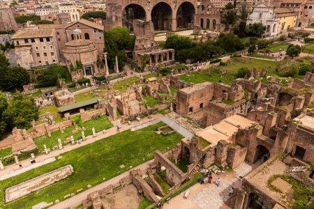 Photo pour Rome, Italie - 28 juin 2019: les touristes se promènent autour du forum romain sous un ciel gris - image libre de droit