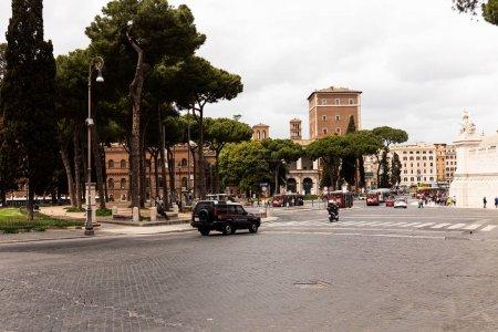 Photo pour Rome, Italie - 28 juin 2019: personnes, voitures et bus dans la rue - image libre de droit