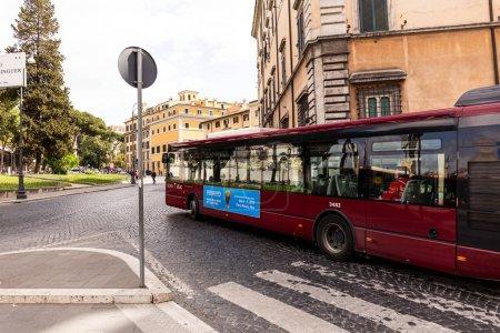 Photo pour Rome, Italie - 28 juin 2019: foule de personnes et de transport dans la rue - image libre de droit