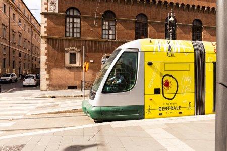 Photo pour Rome, Italie - 28 juin 2019: bus jaune dans la rue en journée ensoleillée - image libre de droit