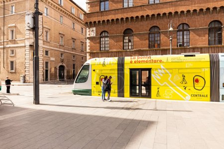 Photo pour Rome, Italie - 28 juin 2019: couple debout près d'un bus jaune dans la rue en journée ensoleillée - image libre de droit