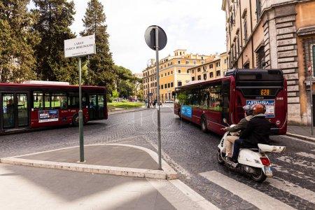 ROME, ITALIE - 28 JUIN 2019 : personnes, bus et voitures dans la rue par temps ensoleillé