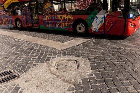 Photo pour Rome, Italie - 28 juin 2019: les gens en bus rouge sur le trottoir en journée ensoleillée - image libre de droit