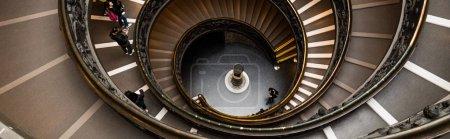 Photo pour Rome, Italie - 28 juin 2019: photo panoramique de personnes sur l'escalier Bramante dans les musées du vatican - image libre de droit