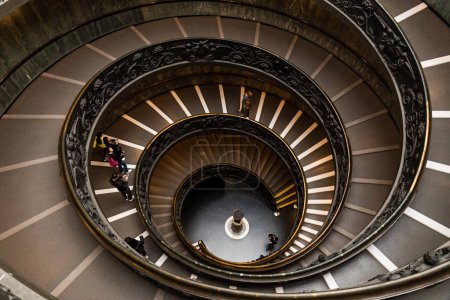 Foto de Roma, Italia - 28 de junio de 2019: vista aérea de la gente en Bramante Staircase en los museos vaticanos - Imagen libre de derechos
