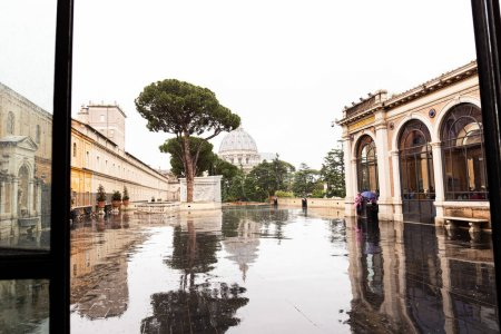 Photo pour Rome, Italie - 28 juin 2019: les gens sous la pluie sur la place près de vieux bâtiments - image libre de droit