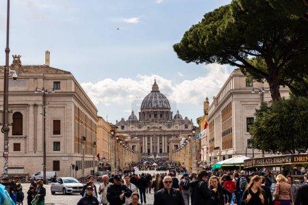 Photo pour Rome, Italie - 28 juin 2019: foule de touristes devant la basilique de Saint-Pierre - image libre de droit