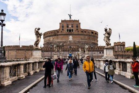 Photo pour Rome, Italie - 28 juin 2019: foule de personnes marchant dans la rue près du vieux bâtiment - image libre de droit