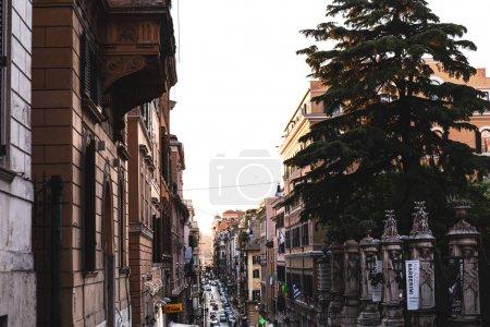 ROME, ITALIE - 28 JUIN 2019 : personnes et voitures dans la rue près de vieux bâtiments
