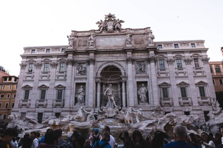 Photo pour Rome, Italie - 28 juin 2019: foule de personnes devant le vieux bâtiment avec des sculptures - image libre de droit