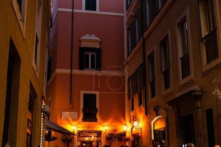 Photo pour Rome, Italie - 28 juin 2019: bâtiments et restaurants avec illumination le soir - image libre de droit