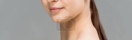 Photo pour Tir panoramique de jeune femme heureuse d'isolement sur le gris - image libre de droit