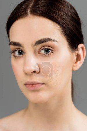 Foto de Morena joven mujer con piel problemática aislada en gris - Imagen libre de derechos