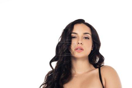 Photo pour Vue avant de la fille attirante de brunette regardant l'appareil-photo d'isolement sur le blanc - image libre de droit