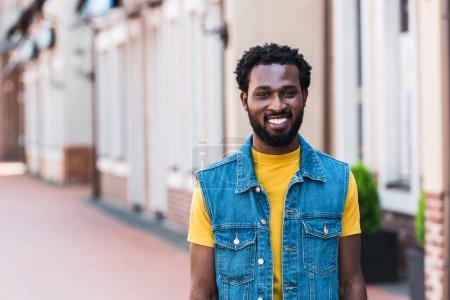 feliz africano americano hombre sonriendo mientras mira la cámara