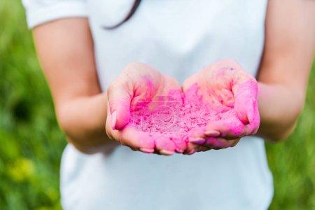 Photo pour Fermer de la jeune femme retenant la poudre rose dans des mains - image libre de droit