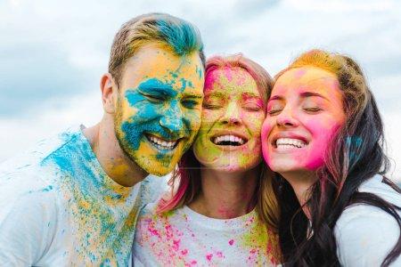 Photo pour Groupe heureux d'amis avec les yeux fermés souriant à l'extérieur - image libre de droit