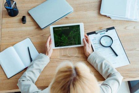 Photo pour Vue supérieure du recruteur retenant la tablette numérique avec le commerce en ligne à l'écran - image libre de droit