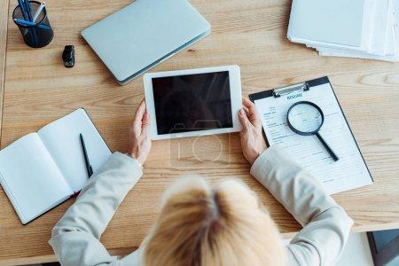 Photo pour Vue supérieure du recruteur retenant la tablette numérique avec l'écran blanc - image libre de droit