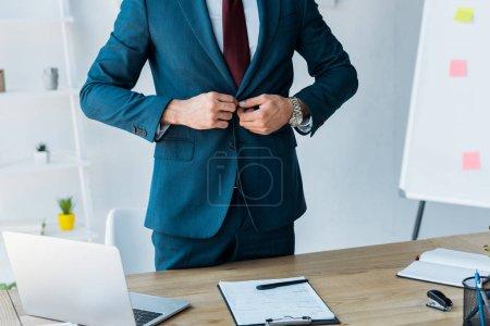 Photo pour Vue recadrée du recruteur touchant l'usure formelle dans le bureau - image libre de droit