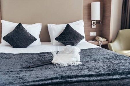 Foto de Polvo blanco en la cama con almohadas en la habitación del hotel - Imagen libre de derechos