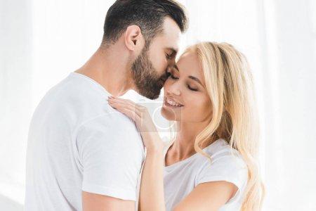 Photo pour Beau couple romantique heureux embrassant à la maison - image libre de droit