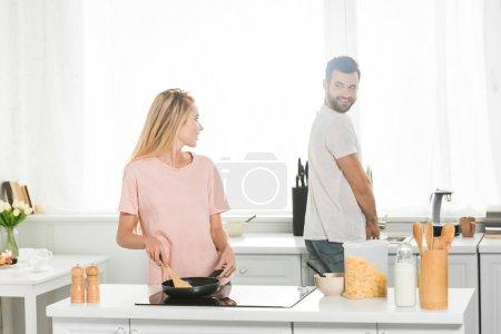 schönes Paar kocht gemeinsam Frühstück in der Küche