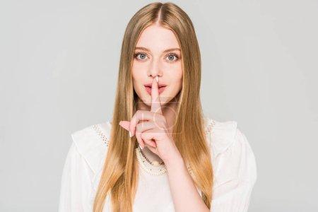 Photo pour Belle fille faire silence geste isolé sur gris - image libre de droit