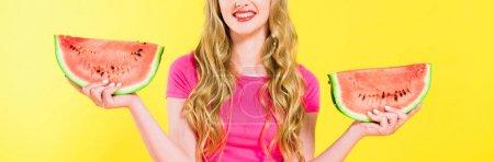 Photo pour Plan panoramique de fille souriante tenant pastèque isolé sur jaune - image libre de droit