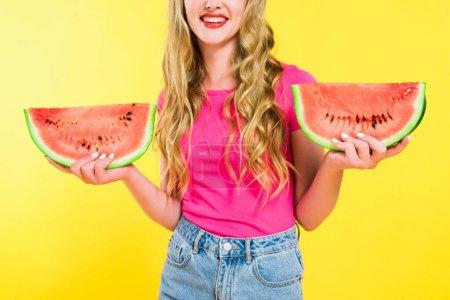 Photo pour Vue cultivée de fille heureuse avec la pastèque d'isolement sur le jaune - image libre de droit