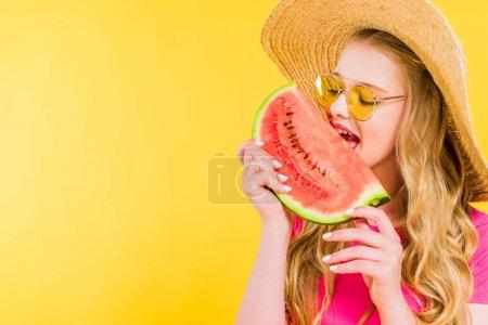 Photo pour Belle fille en paille Chapeau manger pastèque isolé sur jaune - image libre de droit