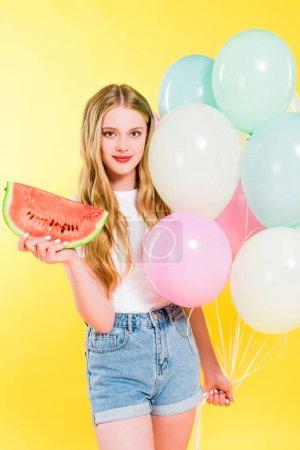 Photo pour Belle fille avec des ballons et la pastèque sur le jaune - image libre de droit