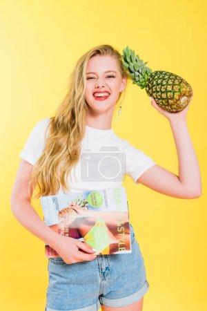 Photo pour Belle fille avec la beauté et le magazine de modèle et l'ananas sur le jaune - image libre de droit