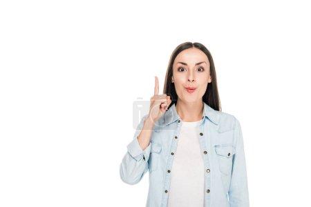 Jeune femme excitée montrant geste idée isolé sur blanc