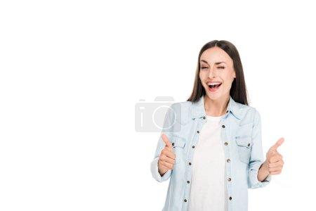 Photo pour Femme brune heureuse de clin d'artifice affichant des pouces vers le haut d'isolement sur le blanc - image libre de droit