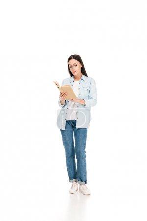Photo pour Pleine longueur vue de femme lecture livre isolé sur blanc - image libre de droit