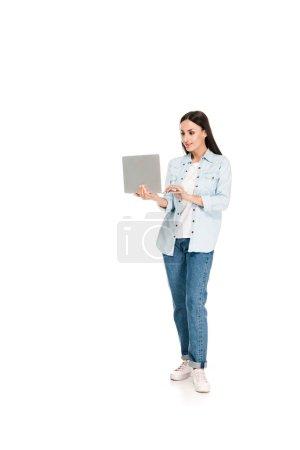 Foto de Chica sonriente en chaqueta de mezclilla usando portátil aislado en blanco - Imagen libre de derechos