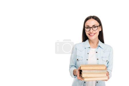 Photo pour Fille de brunette de sourire dans des glaces dans la veste de denim retenant des livres d'isolement sur le blanc - image libre de droit