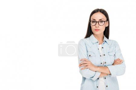Photo pour Fille de brunette dans des glaces dans la veste de denim avec les bras croisés d'isolement sur le blanc - image libre de droit
