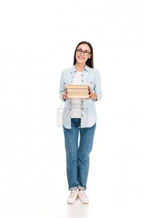 Photo pour Fille heureuse de brunette dans des glaces dans la veste de denim avec des livres d'isolement sur le blanc - image libre de droit