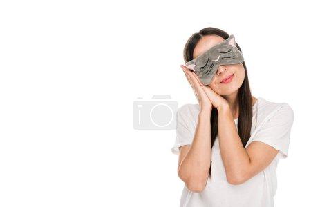 Photo pour Jeune femme brune dans le masque d'oeil de sommeil de chat d'isolement sur le blanc - image libre de droit