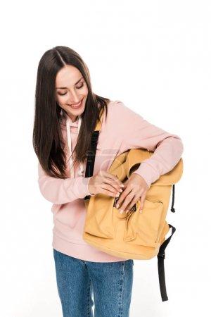 Photo pour Fille de brunette de sourire avec le sac à dos d'isolement sur le blanc - image libre de droit