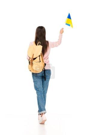 Photo pour Vue arrière de l'étudiant avec le sac à dos retenant le drapeau ukrainien d'isolement sur le blanc - image libre de droit