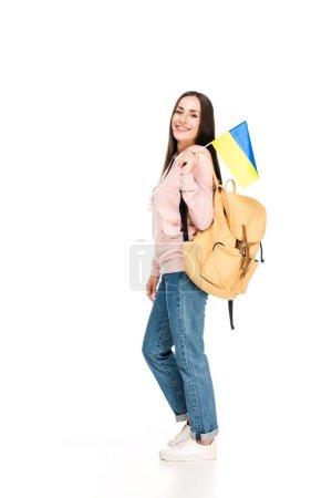 Photo pour Étudiant souriant avec sac à dos tenant drapeau ukrainien isolé sur blanc - image libre de droit