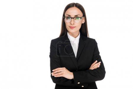 Photo pour Femme d'affaires confiante en costume noir avec les bras croisés isolés sur blanc - image libre de droit