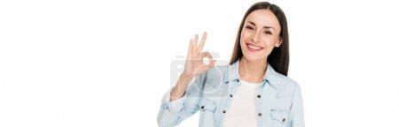 Photo pour Souriant brunette femme montrant ok signe isolé sur blanc, panoramique coup - image libre de droit