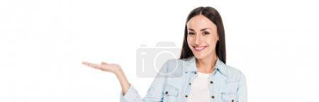 Photo pour Heureux brunette femme pointant avec la main isolé sur blanc, panoramique shot - image libre de droit