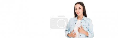 Photo pour Femme brune souriante avec les mains sur la veste en denim isolé sur blanc, vue panoramique - image libre de droit