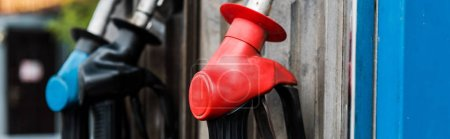 Photo pour Tir panoramique des pompes à essence avec du carburant sur la station-service - image libre de droit
